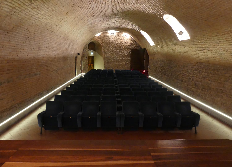 Riscaldamento innovativo con illuminazione a led per sala congressi