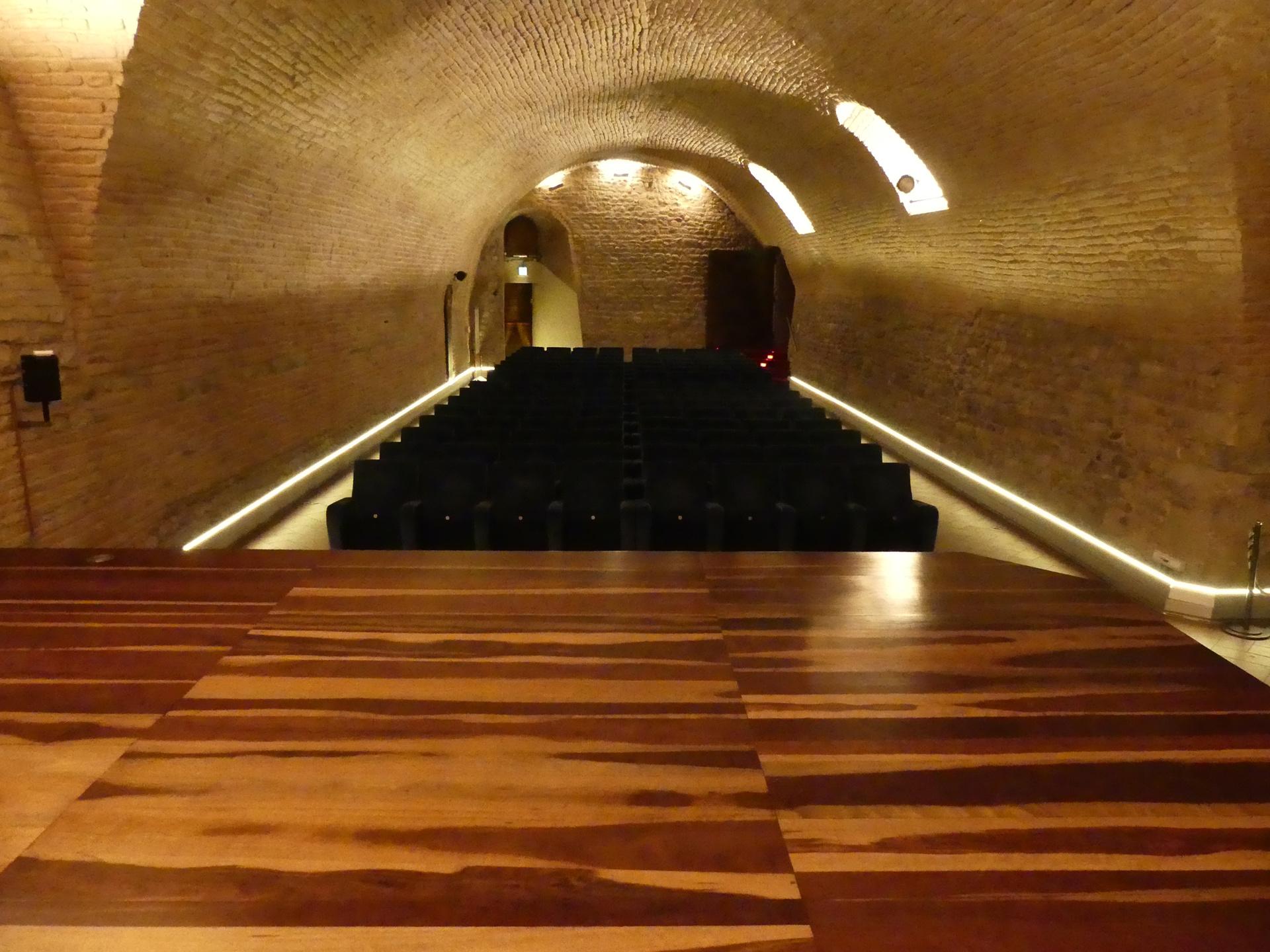 Riscaldamento innovativo con illuminazione a led per sala congressi in