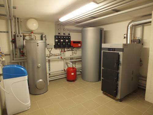 Villa con riscaldamento e produzione di ACS con caldaia a legna e solare termico - 2